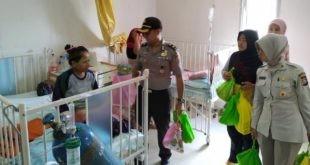 LensaHukum.co.id - Polisi Peduli Kunjungi Rumah Sakit Hibur Pasien Anak 1 310x165 - Polisi Peduli Kunjungi Rumah Sakit, Hibur Pasien Anak